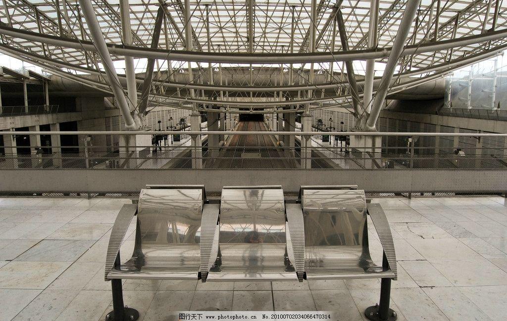 法国 南特 南特火车站 钢结构顶棚 透明玻璃覆盖 柱子 铁轨 双向四