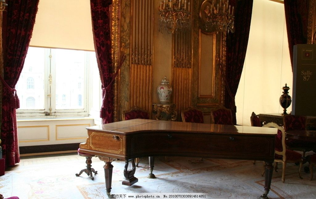 钢琴 奢华 室内 窗帘 吊灯 地毯 花瓶 文化 欧式 凳子 墙壁 窗台 花纹