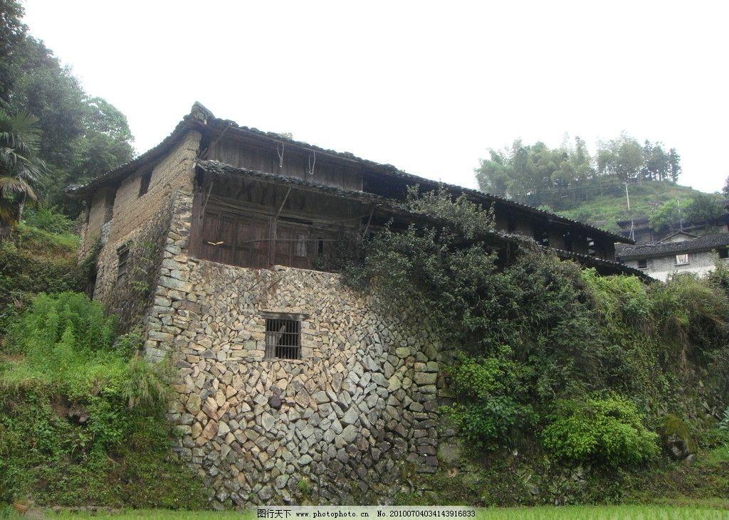老房子 田园 天空 田地 绿色 树 乡下 墙壁 石头 植物 农田