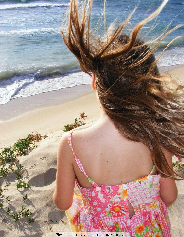 坐在海边的美女 海边 美女 背影 头发 掉裙 女性女人 人物图库 摄影