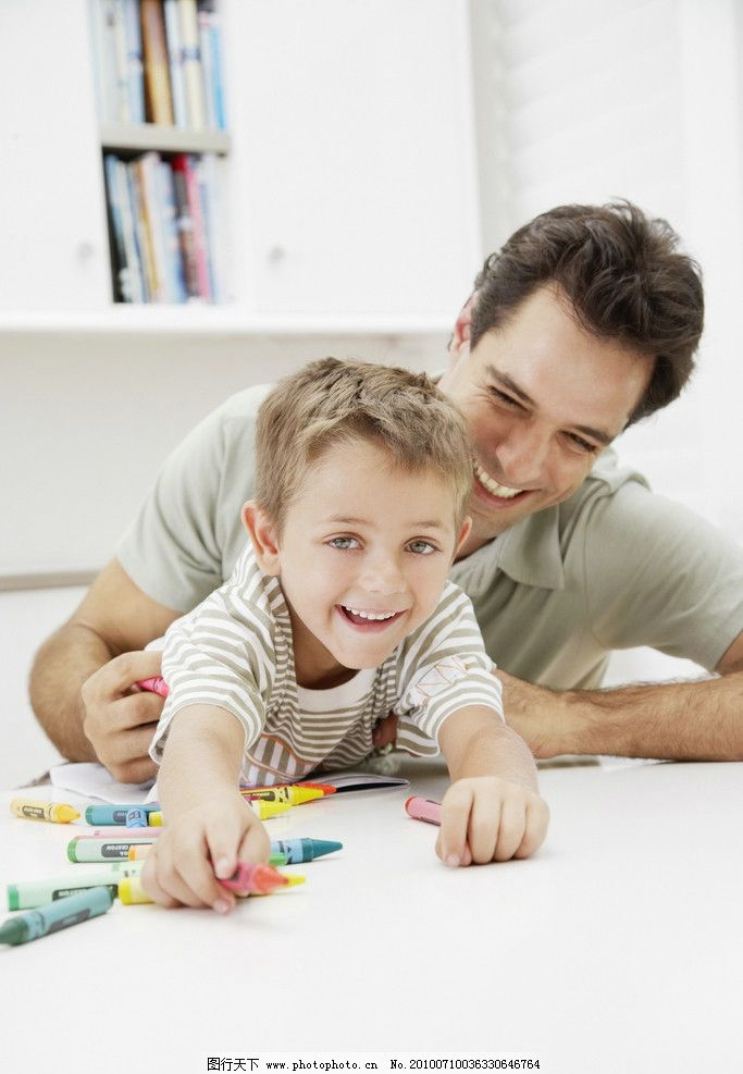 爸爸和孩子画画图片