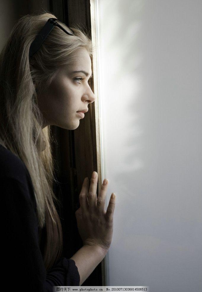 外国女人 美女 沉思 观察 金发 气质 女性女人 人物图库 摄影 300dpi
