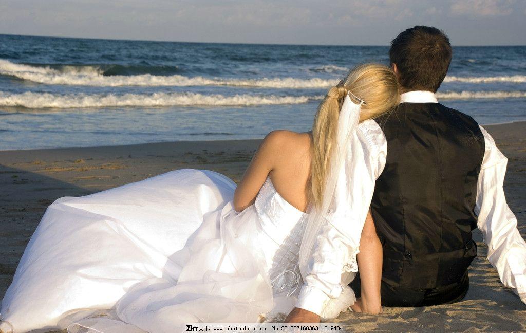 海边的新婚夫妻 新婚夫妻 婚纱背影 拥抱 性感 年轻夫妻 卿卿我我