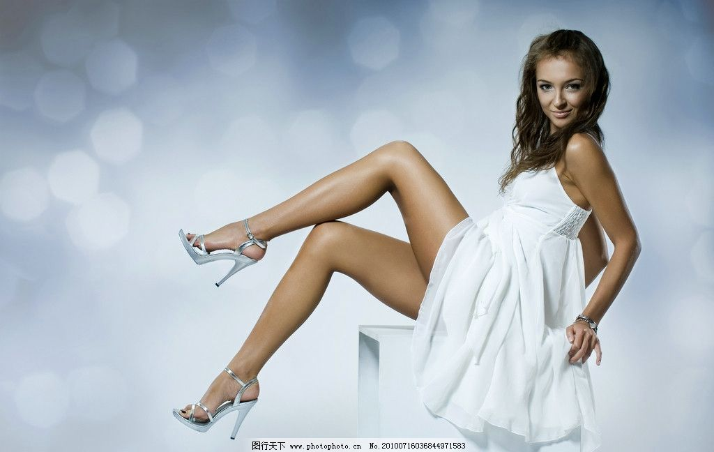 时尚美女 成熟 白色连衣裙 性感 诱惑 高跟鞋 手表 长发 台子
