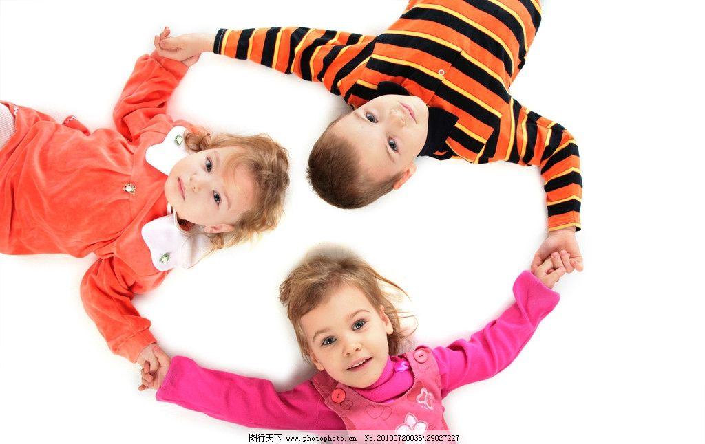 外国儿童手拉手图片,可爱 小孩 玩耍 向上看 友谊-图