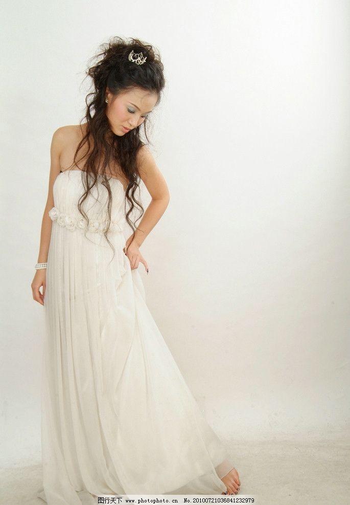 白色长裙美女图片