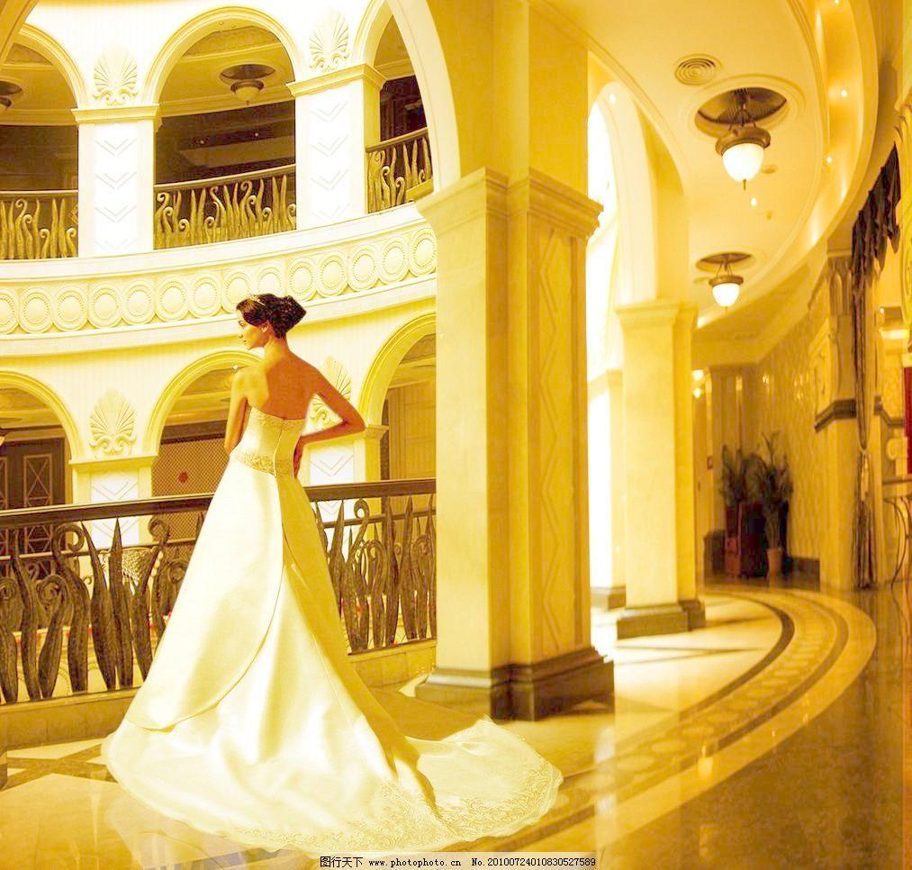 欧式大堂里的长裙美女图片