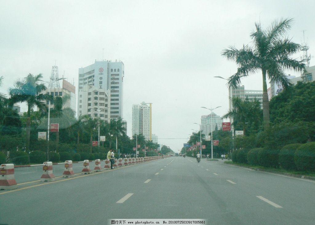 道路美景 蓝天 道路 椰子树 楼房 路灯杆 人物 汽车路牌广告 国内旅游