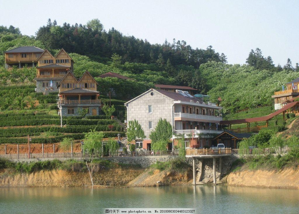 山村上美丽房子 木屋 水 树木 道路 摄影