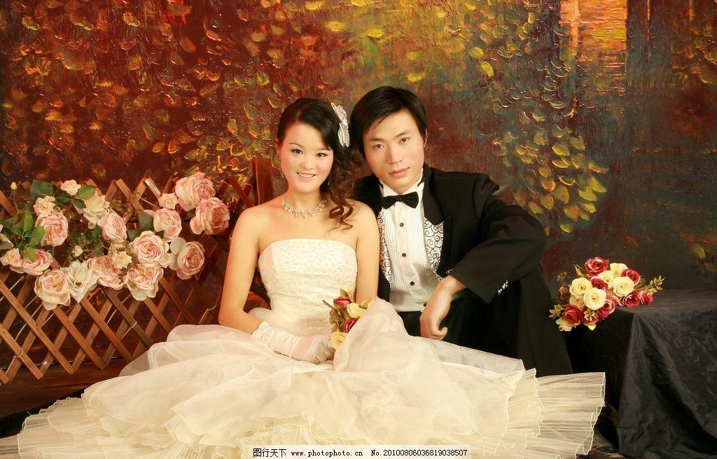 婚纱照 长发美女 背景 鲜花 发饰 男人 领卡 恩爱 夫妻 摄影图库图片