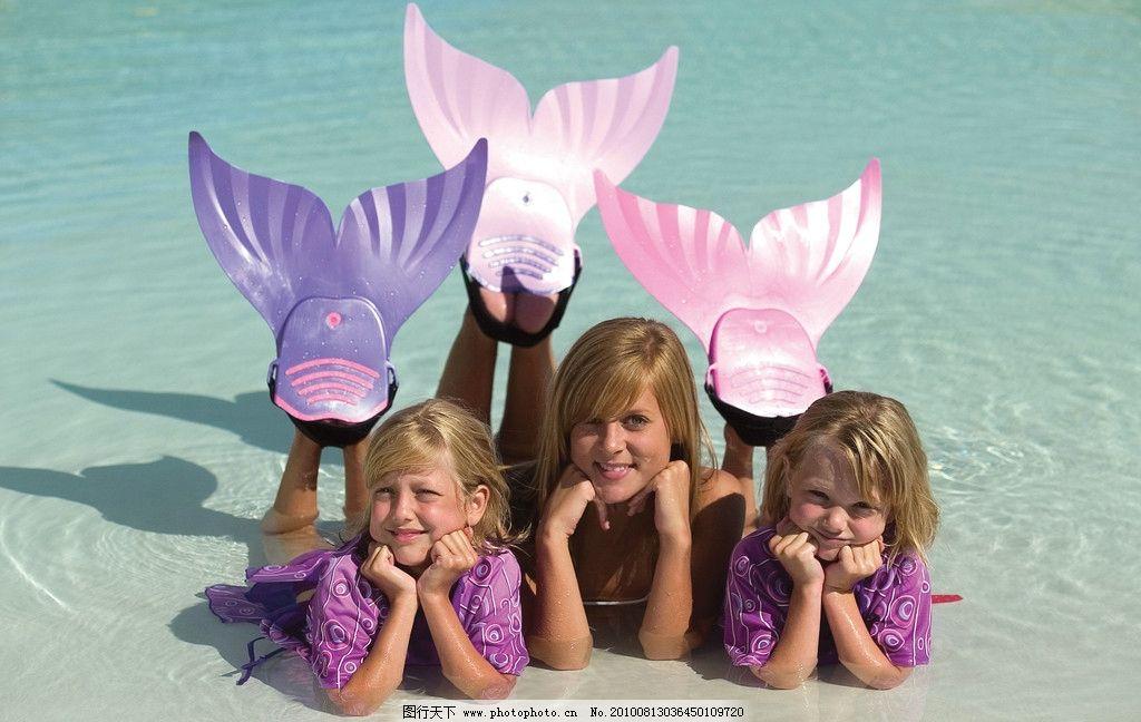 三个小女孩在海边沙滩上扮演美人鱼 托着下巴 儿童幼儿 人物图库