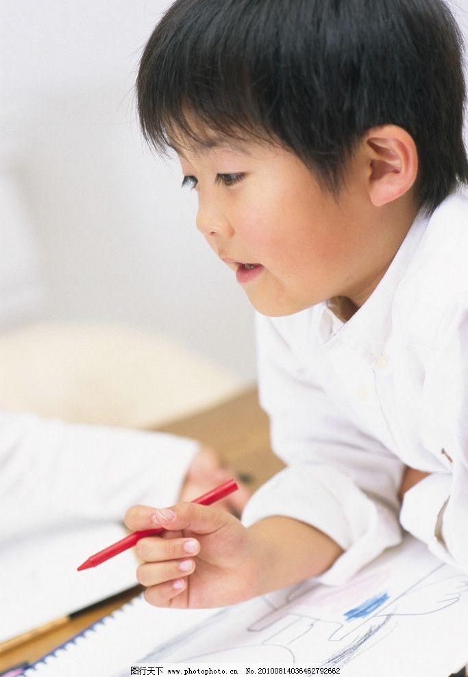 画画的小男孩图片