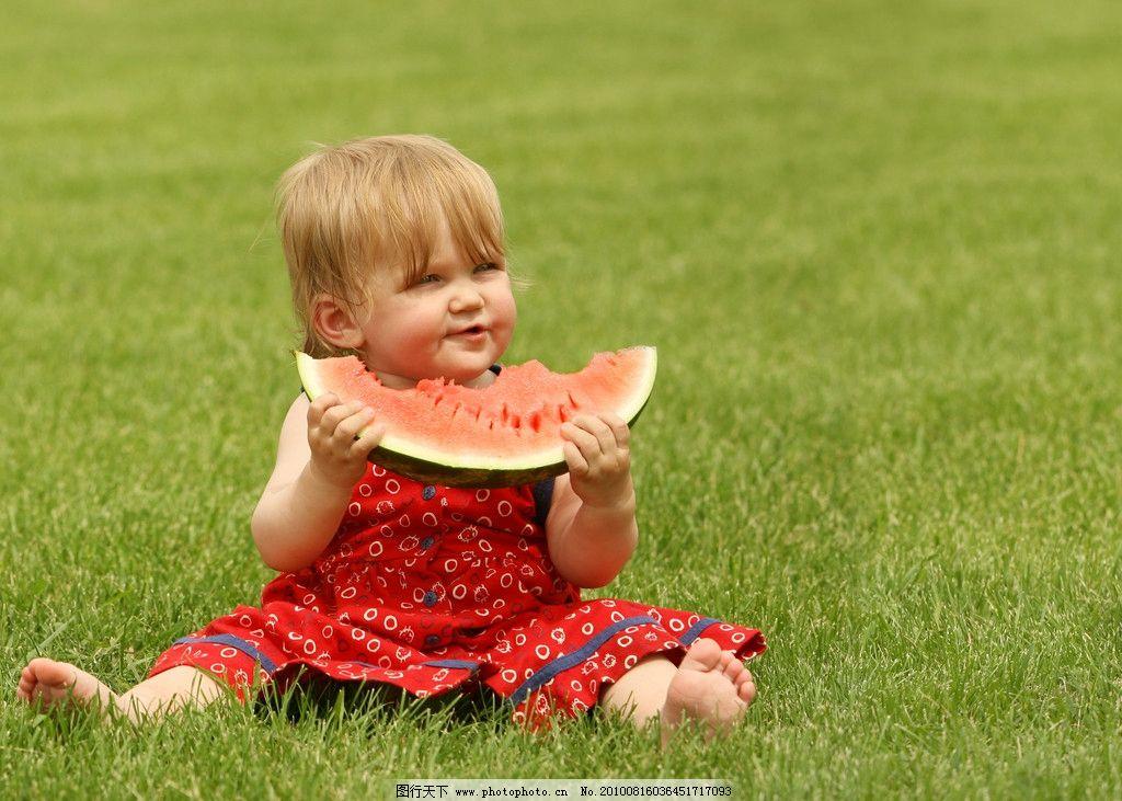 草地上吃西瓜的小女孩