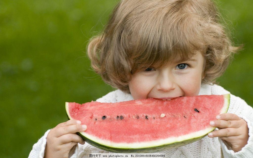 吃西瓜的小女孩图片