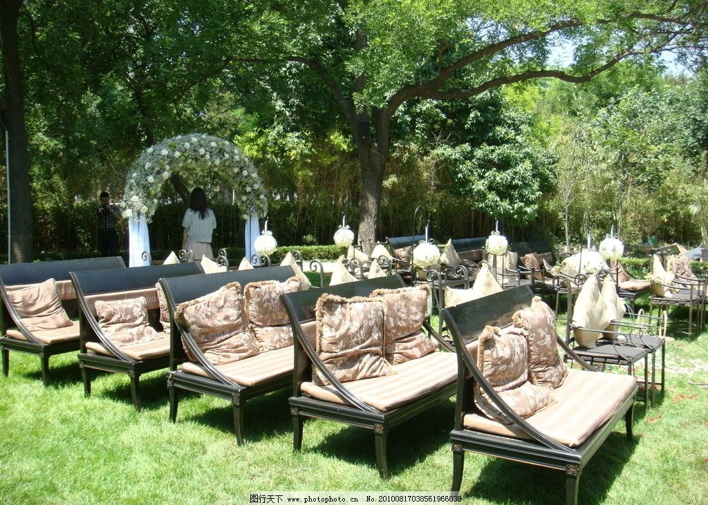 婚礼现场 椅子 鲜花 桌子 花篮 婚礼素材 西式婚礼 花房 花拱门图片