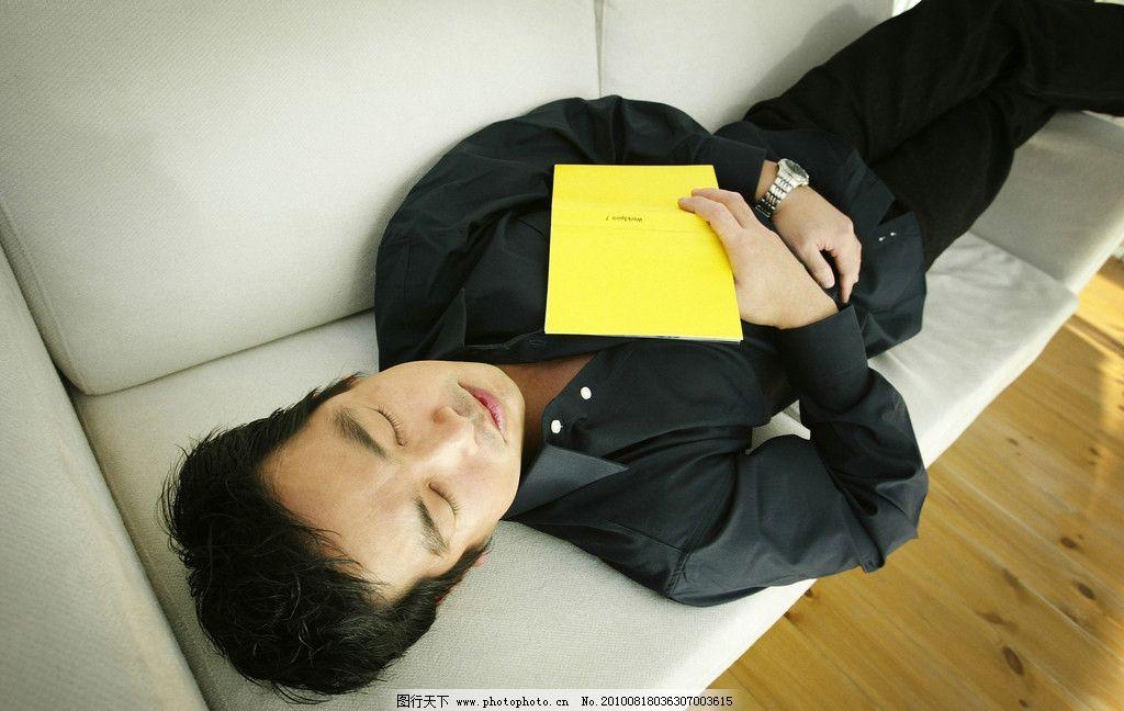 拿着书睡觉的男人图片
