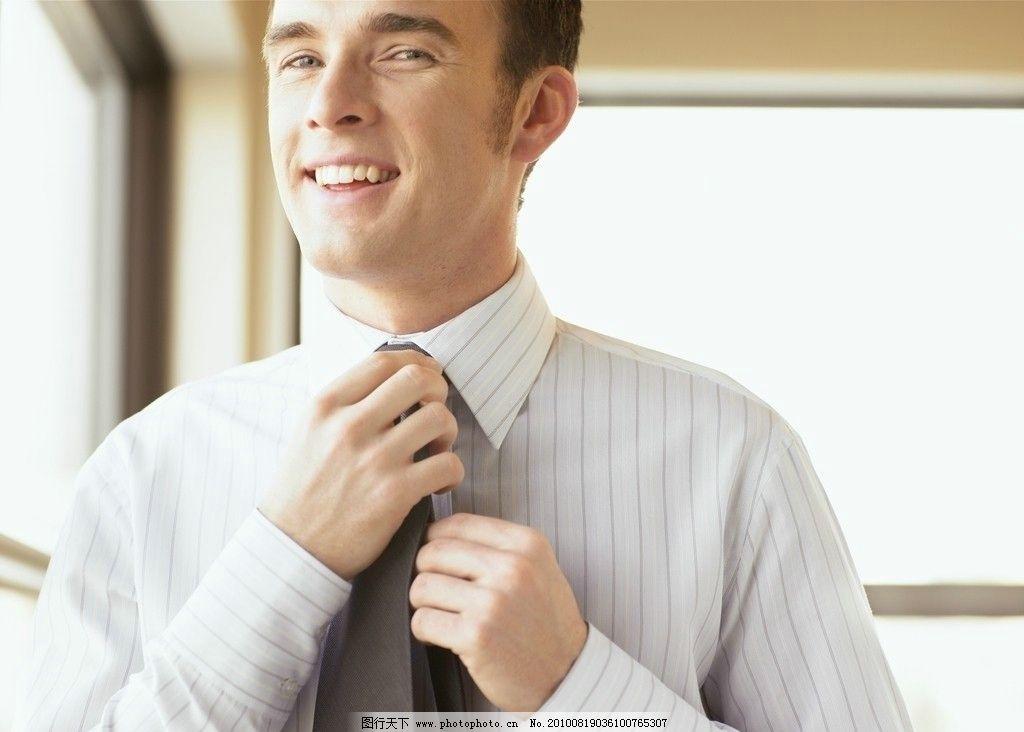 系领带的男人 商务 精英 办公室 英俊外国男人 竖条纹 浅灰色条纹