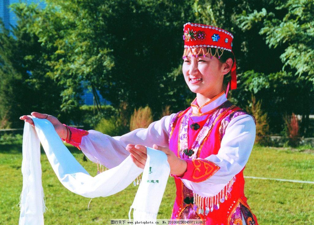 巴音郭楞欢迎您 献哈达 哈达 蒙古服饰 人物 女性女人 美女 草原 树木