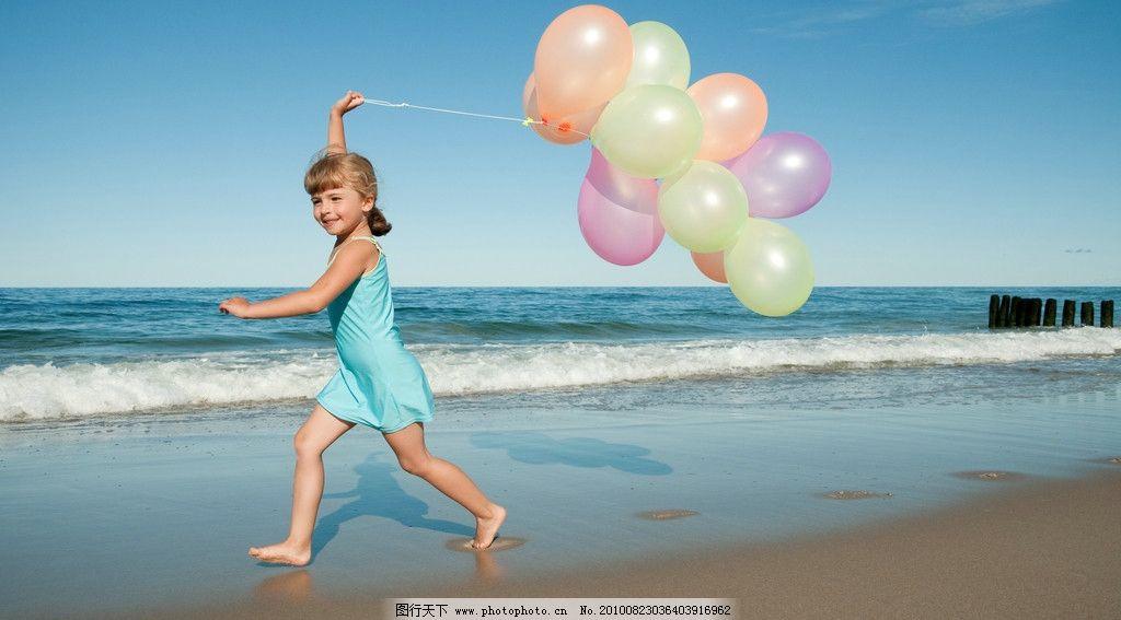 女孩高清图片 小孩 女孩 大海 蓝天 海边 沙滩 高兴 气球 儿童幼儿