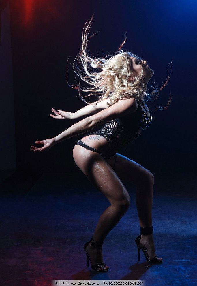 跳舞的美女图片