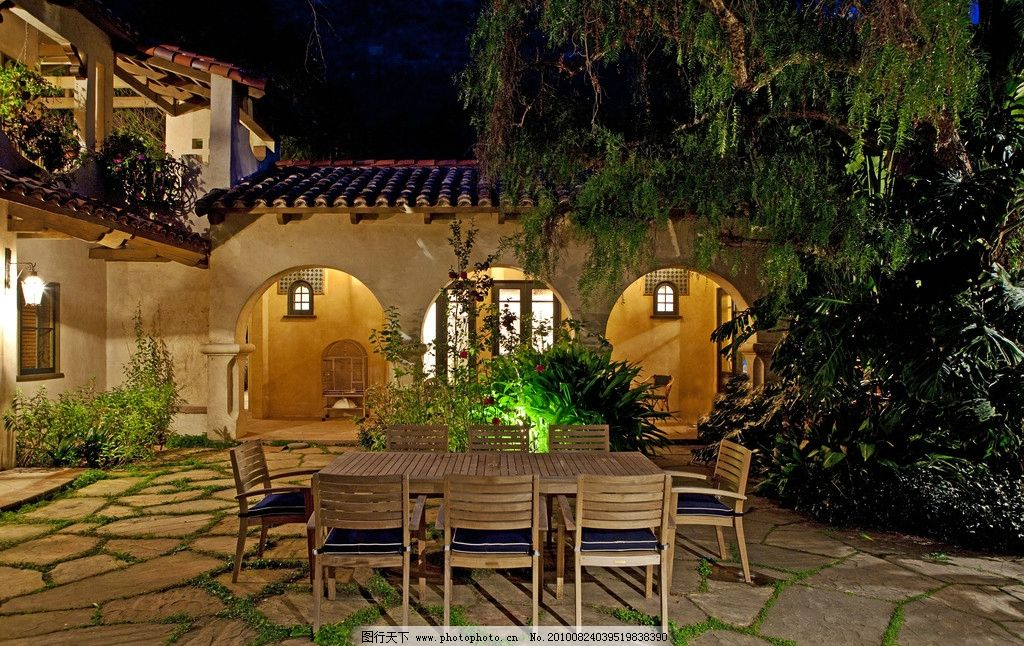 豪华别墅庄园里的后花园夜景图片