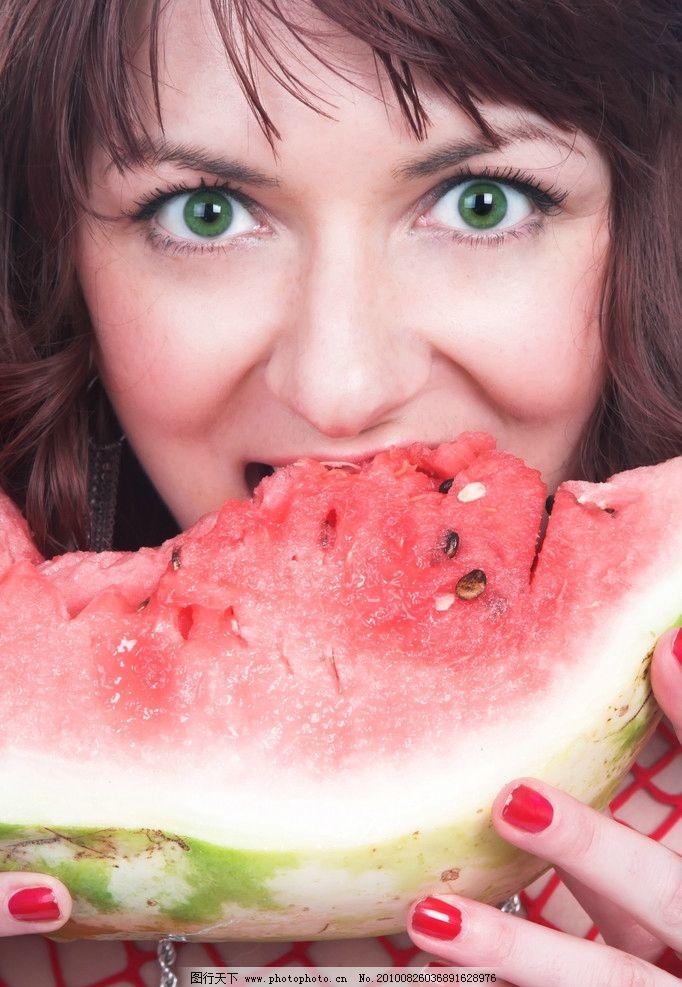 女孩吃西瓜高清图片