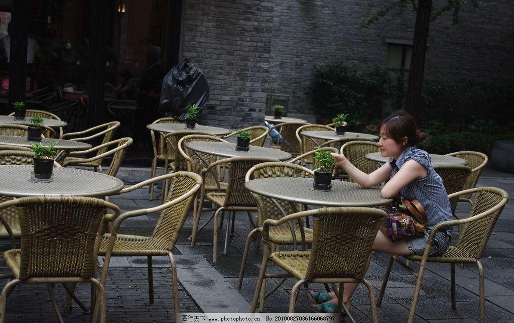 下午茶 喝茶 藤椅 环境优雅 观赏 悠闲 休闲 日常生活 人物图库 摄影