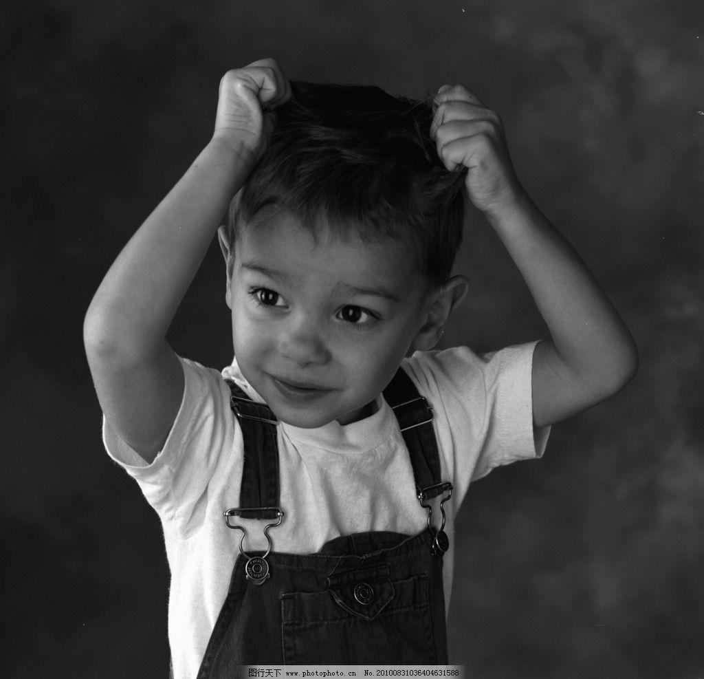 小男孩 摄影 外国 人物 儿童 男孩 稚气 可爱 动作 黑白照 儿童幼儿