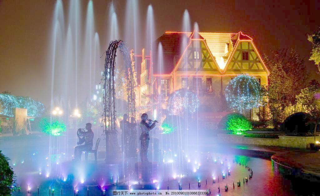 成都南湖度假区欧式风情街音乐喷泉夜景图片