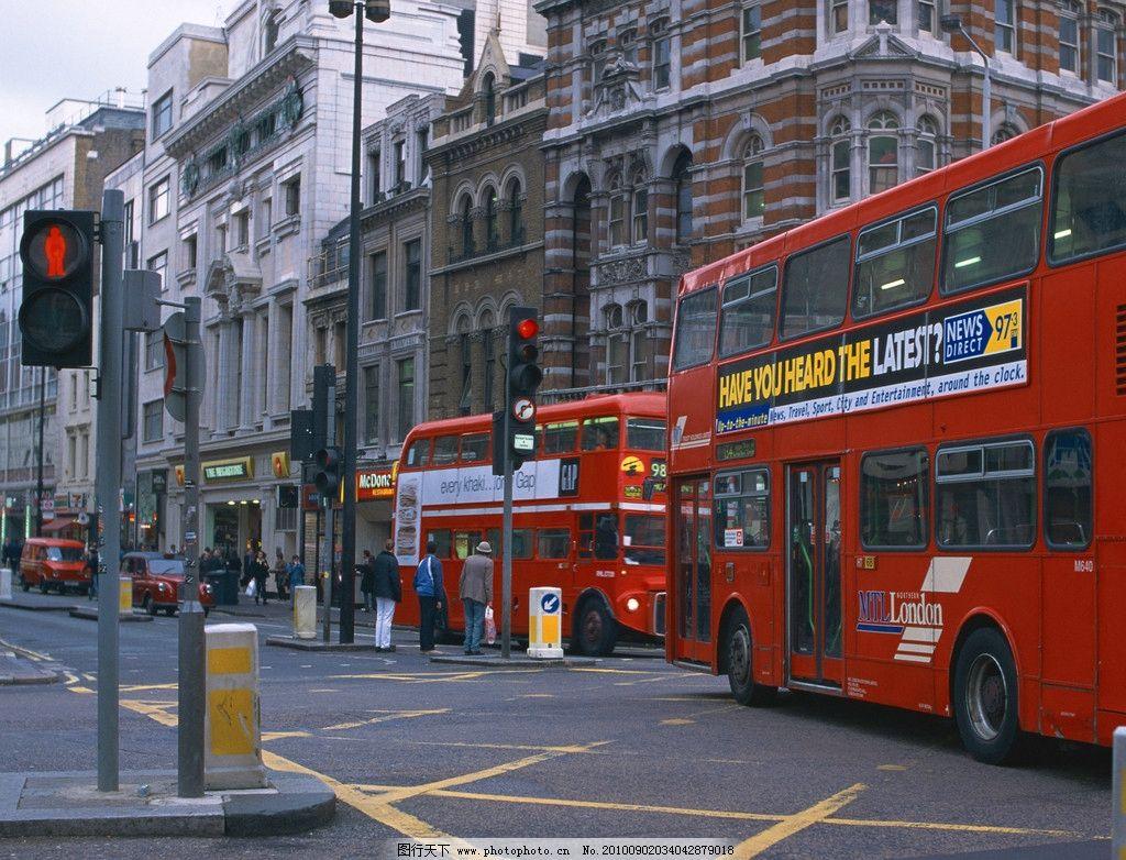 白云 高楼 雄伟 壮观 公路 马路 公交车 汽车 大巴车 人群 伦敦风景