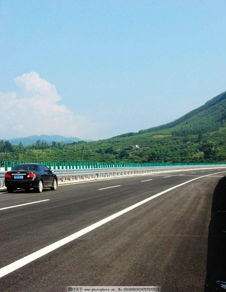 公路 高速公路 钢护栏 青山 树林 车 小车 绿色 高速 大山 蓝天白云