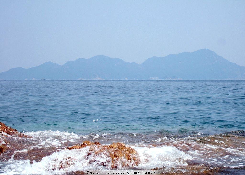 海的地平线 海浪 山峦 浪花 海里的卵石 海与山的交界处 南澳海边