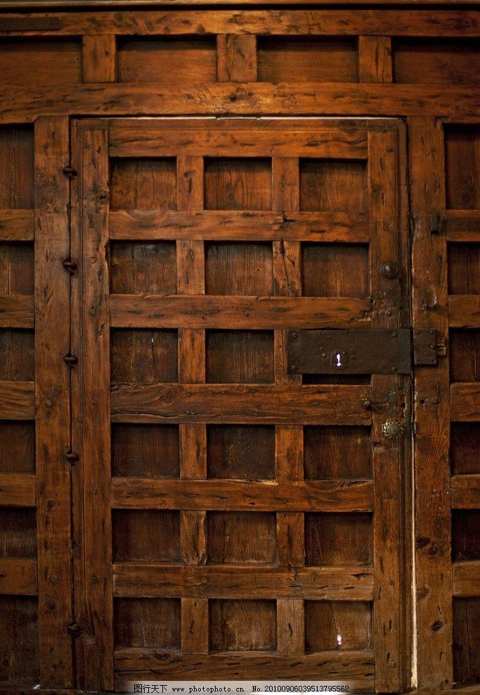 庄园 豪华别墅/豪华别墅庄园里的木门图片