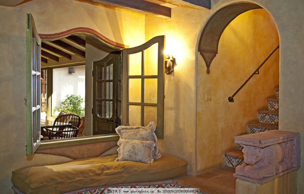 豪华别墅庄园里的门廊和楼梯图片