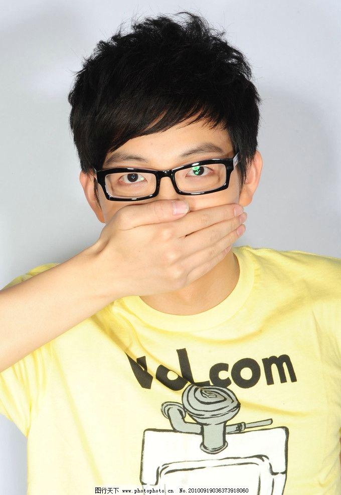 胡夏 帅哥 小可爱 超级星光大道 帅气 黄色t恤 笑 眼镜 明星偶像 人物