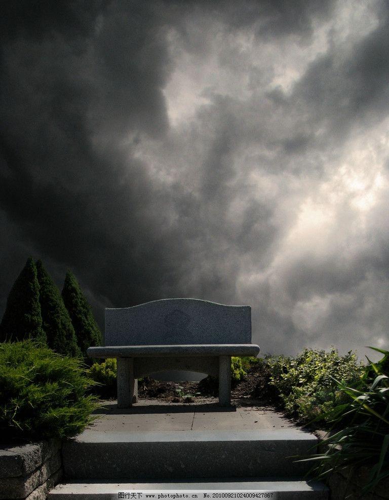 乌云/乌云下的石椅图片