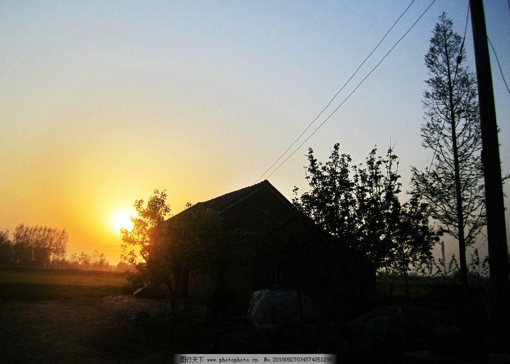 夕阳 树 田园 房子 天空图片