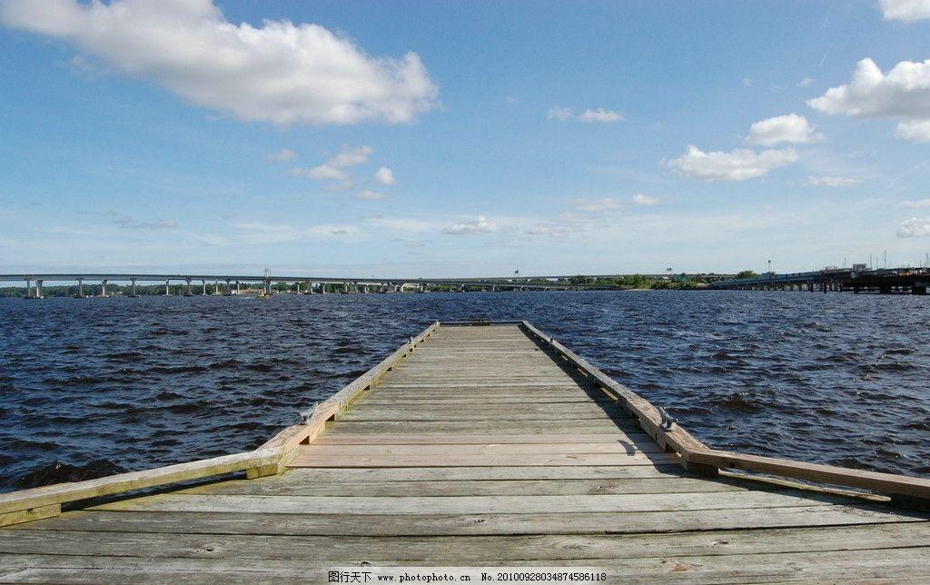 湖岸木桥图片