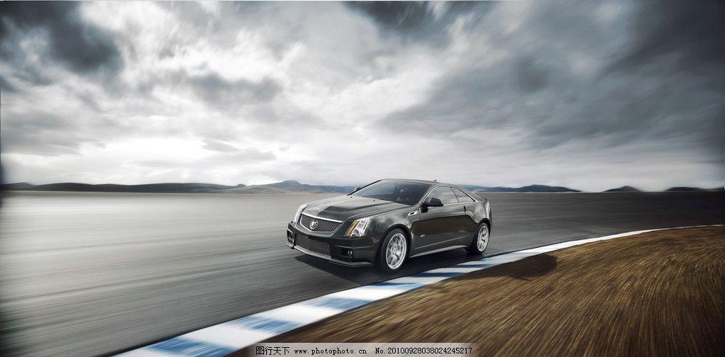 轿车 银灰金属漆 外观华美 车形优美 线条流畅 镀铬格栅 凯迪拉克标志